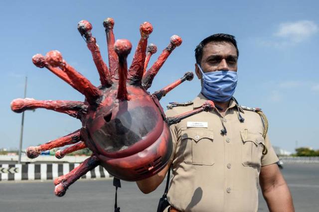 Cảnh sát Ấn Độ đội mũ bảo hiểm độc nhất vô nhị hình virus SARS-CoV-2 để dọa người dân không ra khỏi nhà - Ảnh 1.
