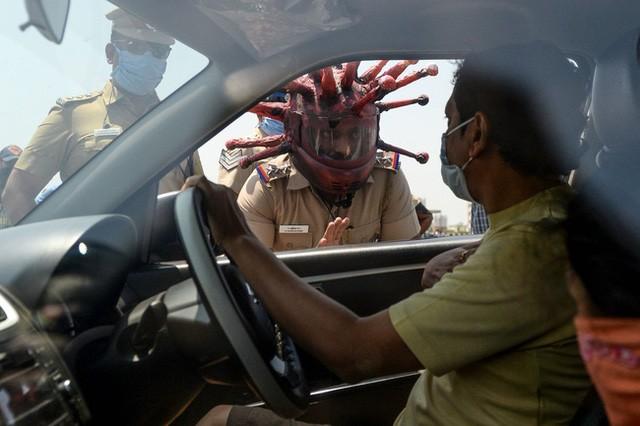 Cảnh sát Ấn Độ đội mũ bảo hiểm độc nhất vô nhị hình virus SARS-CoV-2 để dọa người dân không ra khỏi nhà - Ảnh 2.