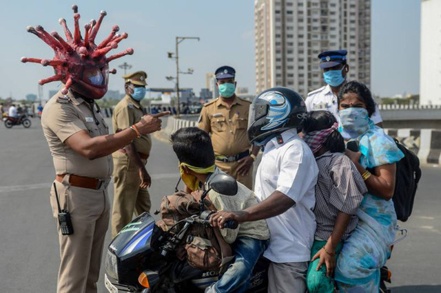 Cảnh sát Ấn Độ đội mũ bảo hiểm độc nhất vô nhị hình virus SARS-CoV-2 để dọa người dân không ra khỏi nhà - Ảnh 3.