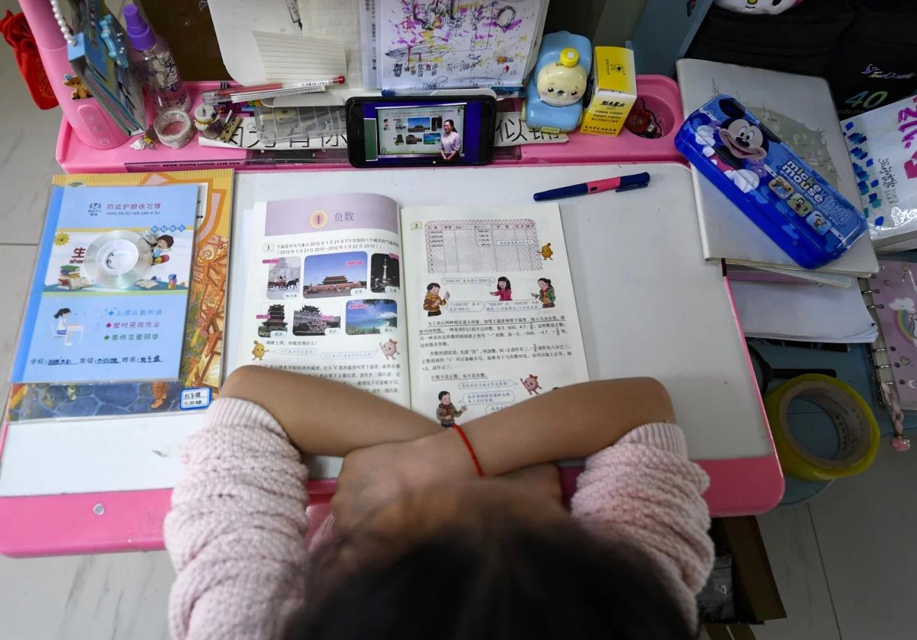 Muôn màu chuyện học online ở Trung Quốc: Mang bàn ra ban công bắt Wi-Fi hàng xóm, cầm điện thoại lên nóc nhà làm bài thi - Ảnh 1.