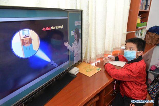 Học online thời dịch Covid-19 ở Trung Quốc: mang bàn học ra ban công bắt Wi-Fi hàng xóm, cầm điện thoại lên nóc nhà làm bài thi - Ảnh 1.