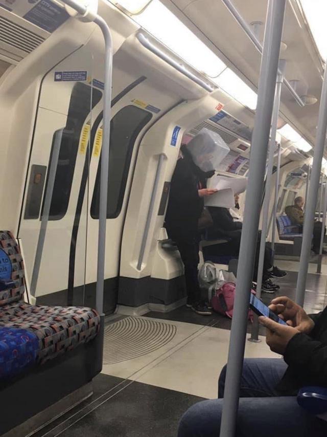 Cảnh tượng tưởng chỉ có ở Trung Quốc giờ đã xuất hiện tại Anh: Người dân chế đủ thứ, từ hộp nhựa, túi đựng đồ đến... áo mưa để làm khẩu trang - Ảnh 2.