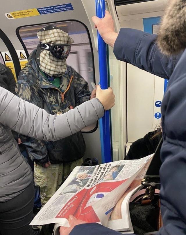 Cảnh tượng tưởng chỉ có ở Trung Quốc giờ đã xuất hiện tại Anh: Người dân chế đủ thứ, từ hộp nhựa, túi đựng đồ đến... áo mưa để làm khẩu trang - Ảnh 4.