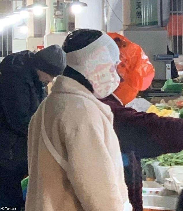 Cảnh tượng tưởng chỉ có ở Trung Quốc giờ đã xuất hiện tại Anh: Người dân chế đủ thứ, từ hộp nhựa, túi đựng đồ đến... áo mưa để làm khẩu trang - Ảnh 8.