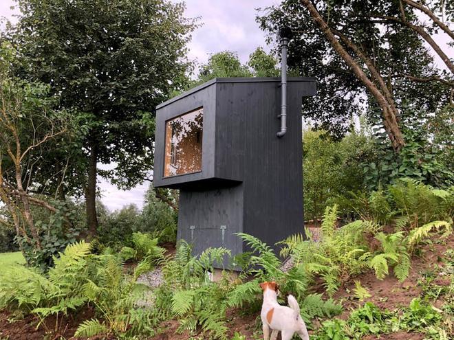 Nhà vệ sinh giá 3.300 USD: Dùng phân để trồng hoa trên mái, sau đó dẫn mùi hương hoa vào cho người đang ngồi bên trong ngửi - Ảnh 1.