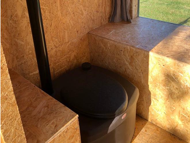Nhà vệ sinh giá 3.300 USD: Dùng phân để trồng hoa trên mái, sau đó dẫn mùi hương hoa vào cho người đang ngồi bên trong ngửi - Ảnh 5.
