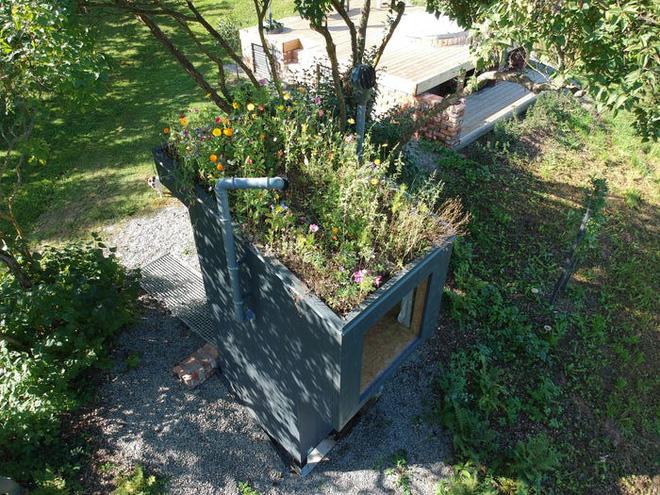 Nhà vệ sinh giá 3.300 USD: Dùng phân để trồng hoa trên mái, sau đó dẫn mùi hương hoa vào cho người đang ngồi bên trong ngửi - Ảnh 8.