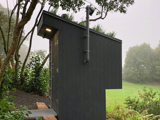 Nhà vệ sinh giá 3.300 USD: Dùng phân để trồng hoa trên mái, sau đó dẫn mùi hương hoa vào cho người đang ngồi bên trong ngửi - Ảnh 9.