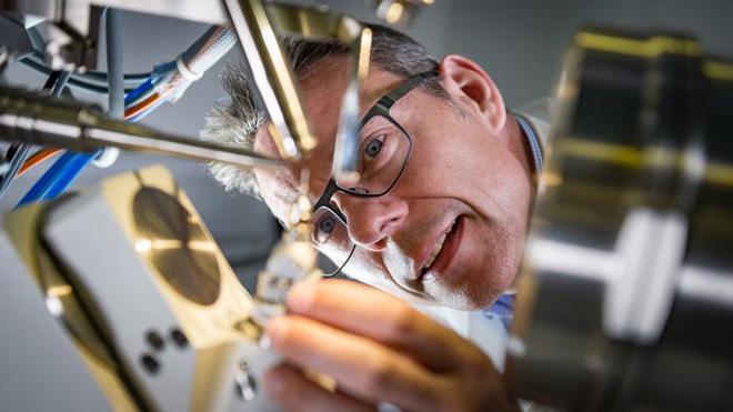 Các nhà khoa học tạo ra loại enzyme đột biến ăn gần xong 1 tấn chai nhựa chỉ sau vài giờ - Ảnh 3.