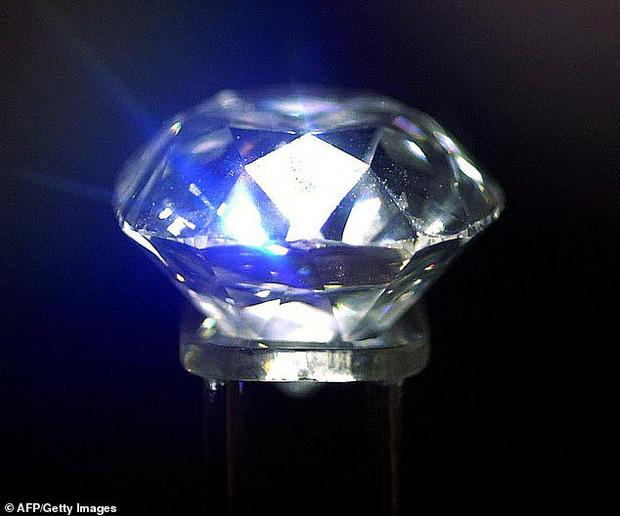 Cục kim cương dùng làm... chặn giấy