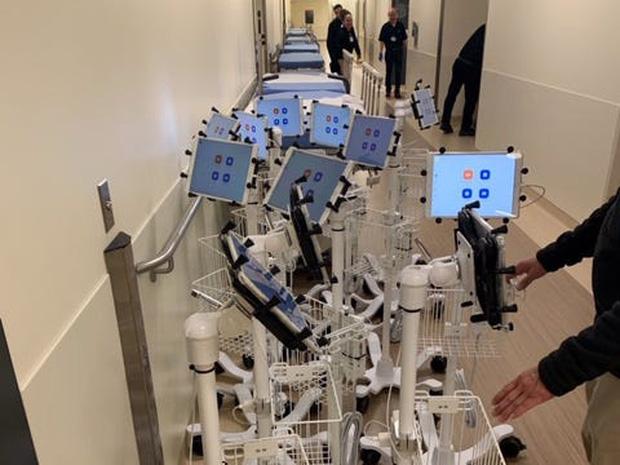 Bệnh viên đại gia tậu hàng trăm chiếc iPad làm kế sách thần thánh, giúp bác sĩ điều khiển từ xa để tránh lây Covid-19 - Ảnh 1.