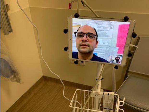 Bệnh viên đại gia tậu hàng trăm chiếc iPad làm kế sách thần thánh, giúp bác sĩ điều khiển từ xa để tránh lây Covid-19 - Ảnh 3.
