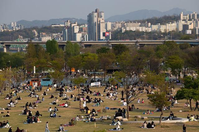 Thế giới ngưỡng mộ nhìn Hàn Quốc giảm từ 900 ca mắc Covid-19 mới trong ngày xuống còn 18, người dân nô nức đi cafe, picnic sau hàng tháng trời phải ở trong nhà - Ảnh 2.