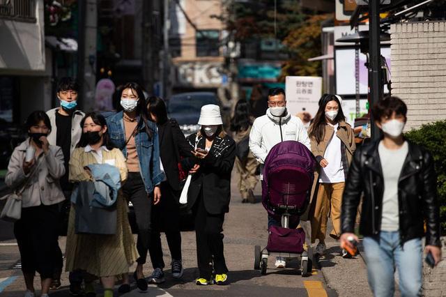Thế giới ngưỡng mộ nhìn Hàn Quốc giảm từ 900 ca mắc Covid-19 mới trong ngày xuống còn 18, người dân nô nức đi cafe, picnic sau hàng tháng trời phải ở trong nhà - Ảnh 3.