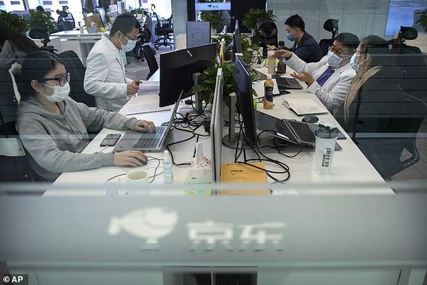 Chuyên gia Trung Quốc đề xuất cho nhân viên công sở ngồi cạnh người họ ghét để thực hiện giãn cách xã hội tốt hơn - Ảnh 2.