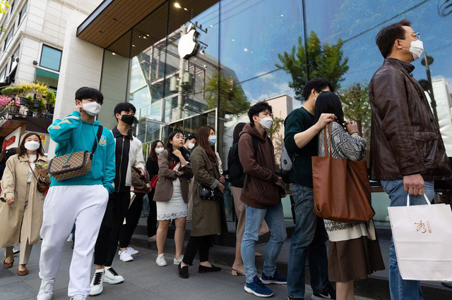 Thế giới ngưỡng mộ nhìn Hàn Quốc giảm từ 900 ca mắc Covid-19 mới trong ngày xuống còn 18, người dân nô nức đi cafe, picnic sau hàng tháng trời phải ở trong nhà - Ảnh 4.