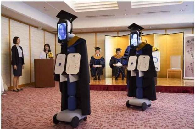 Không thể nhịn cười với loạt ảnh tốt nghiệp mùa dịch: Sinh viên Nhật Bản xứng đáng ngôi vị lầy nhất thế giới - Ảnh 1.