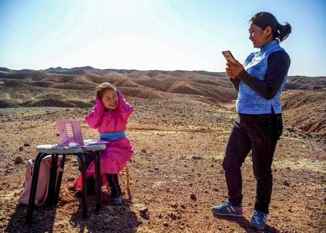 Lái xe đi khắp hoang mạc tìm sóng wifi cho con gái học trực tuyến trong những ngày dịch Covid-19: Vì con, cha mẹ sẽ làm tất cả! - Ảnh 3.