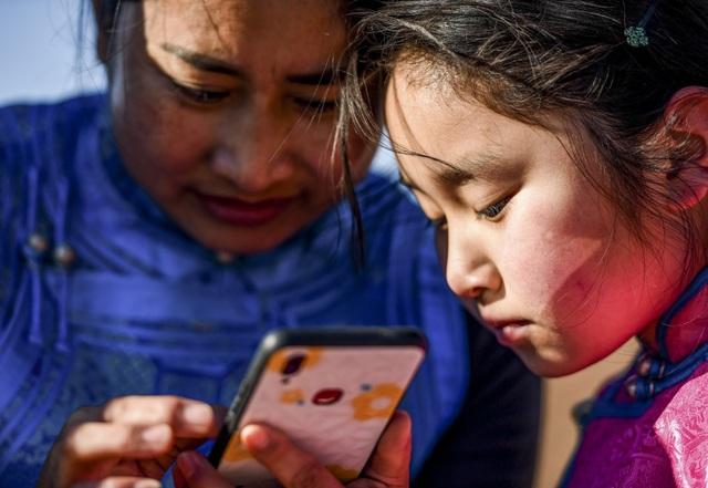 Lái xe đi khắp hoang mạc tìm sóng wifi cho con gái học trực tuyến trong những ngày dịch Covid-19: Vì con, cha mẹ sẽ làm tất cả! - Ảnh 5.