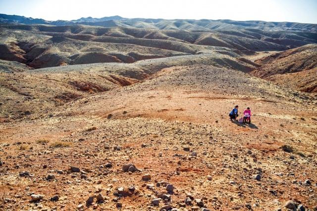 Lái xe đi khắp hoang mạc tìm sóng wifi cho con gái học trực tuyến trong những ngày dịch Covid-19: Vì con, cha mẹ sẽ làm tất cả! - Ảnh 6.