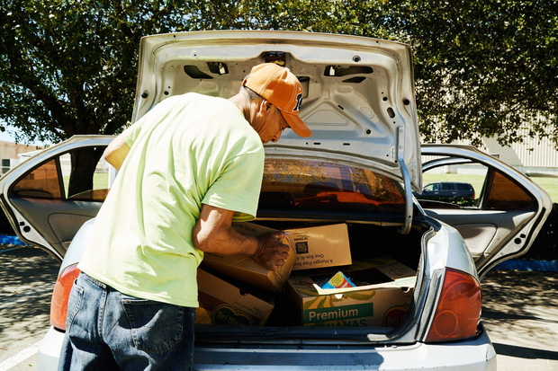 Những người lái xế hộp đi xin trợ cấp thất nghiệp vì dịch Covid-19 ở Mỹ: Gạt bỏ sĩ diện, chưa từng nghĩ phải lâm vào cảnh này - Ảnh 1.