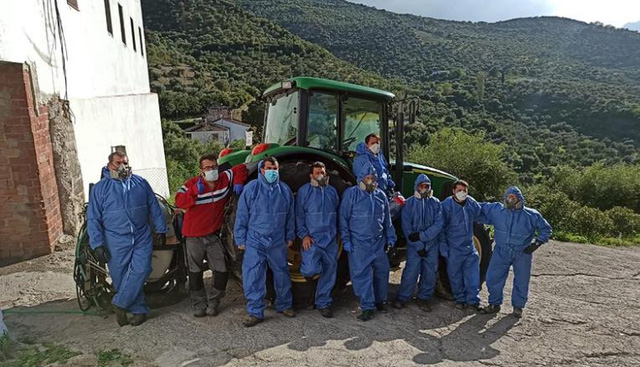 Đội tình nguyện viên phun thuốc khử trùng thị trấn.