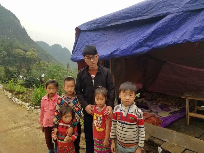Bộ trưởng Giáo dục tuyên dương nam sinh người Mông dựng lán giữa núi bắt internet học online - Ảnh 1.