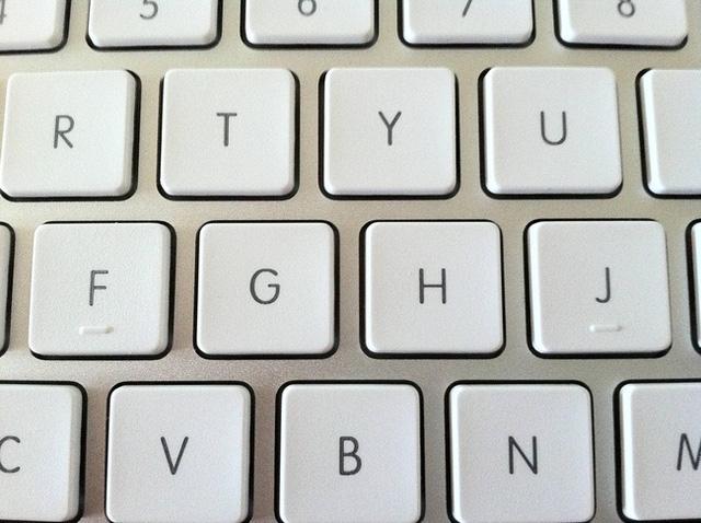 Vì sao nút F và J trên bàn phím lại có đường lằn ngang? Giải đáp từ chuyên gia sẽ giúp hội công sở mở mang tầm mắt! - Ảnh 1.