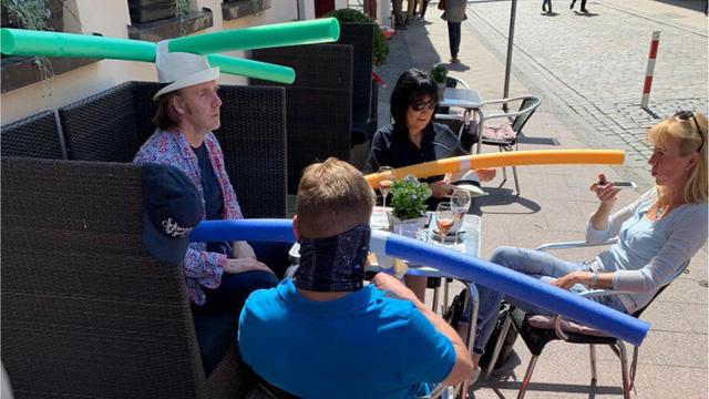 Dù đội mũ hay không, các vị khách đều tuân thủ quy định giãn cách xã hội.
