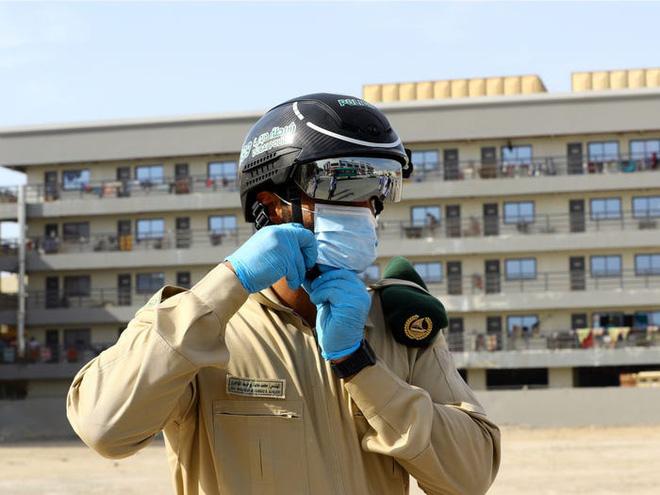 Chiếc mũ độc đáo này là thứ đang được cảnh sát nhiều nước sử dụng để phát hiện người dân có bị sốt hay không - Ảnh 2.
