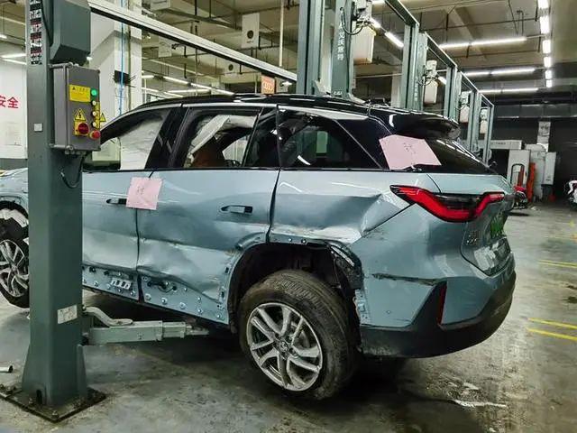 Xe điện Trung Quốc vừa mua 1 tháng đã nổ cả cặp lốp gây tai nạn, nạn nhân tuyên bố: Chắc chắn có vấn đề về chất lượng! - Ảnh 4.