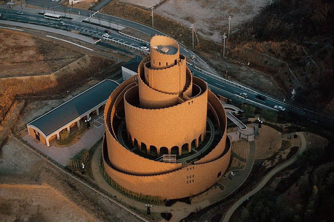 Ngọn tháp kỳ quặc này là gì mà dù có vẻ cực kỳ dễ đổ, người ta cứ xây nó tràn lan khắp thế giới? - Ảnh 3.