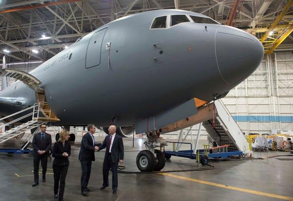 Airbus vượt mặt Boeing, là hãng hàng không đầu tiên trên thế giới có thể bơm xăng tự động khi đang bay - Ảnh 22.