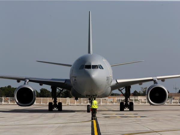 Airbus vượt mặt Boeing, là hãng hàng không đầu tiên trên thế giới có thể bơm xăng tự động khi đang bay - Ảnh 26.
