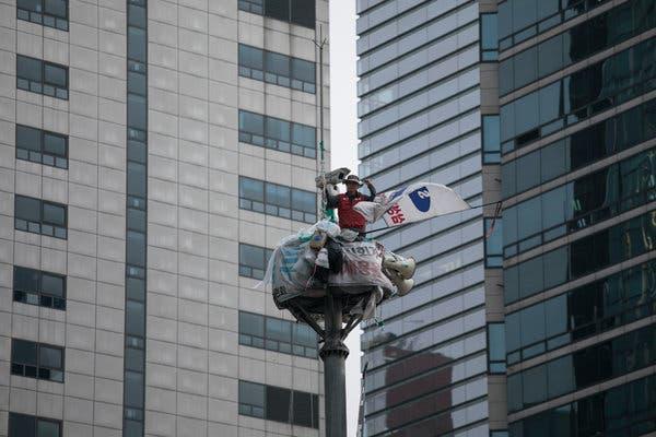 Sống 355 ngày trên trụ đèn giao thông ngay giữa thủ đô để phản đối quyết định đuổi việc của Samsung - Ảnh 1.
