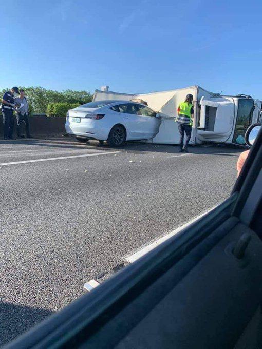Xe điện Tesla đâm thẳng vào xe tải bị lật trên cao tốc: Sai lầm của chế độ lái tự động? - Ảnh 3.