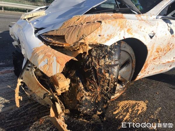 Xe điện Tesla đâm thẳng vào xe tải bị lật trên cao tốc: Sai lầm của chế độ lái tự động? - Ảnh 4.