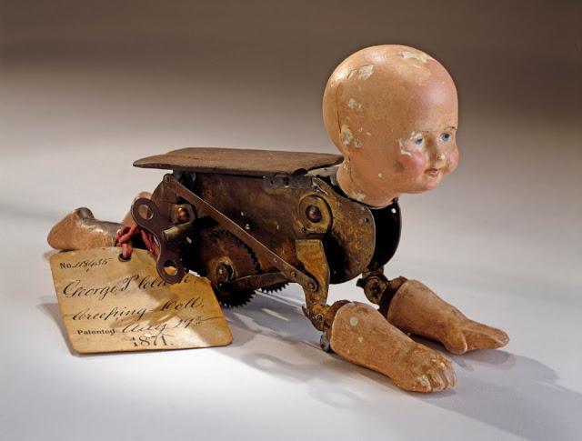 Búp bê của hơn 100 năm về trước: Ai mà ngờ món đồ chơi đáng yêu dành cho trẻ em từng có hình dạng kinh dị gây mất ngủ - Ảnh 1.