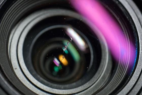 Bụi bẩn, nước và vết xước trên ống kính ảnh hưởng đến chất lượng ảnh như thế nào? - Ảnh 1.