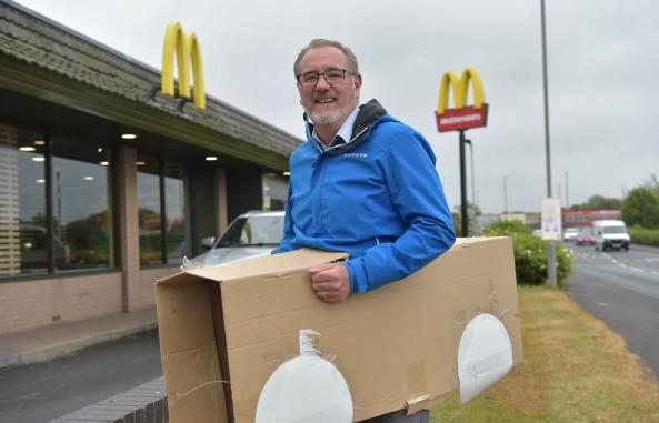 McDonald's chỉ phục vụ khách đi ô tô trong mùa dịch, người người thi nhau lái xe rởm xếp hàng để mua đồ ăn - Ảnh 2.
