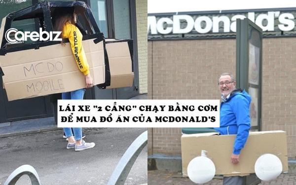 McDonald's chỉ phục vụ khách đi ô tô trong mùa dịch, người người thi nhau lái xe rởm xếp hàng để mua đồ ăn - Ảnh 1.