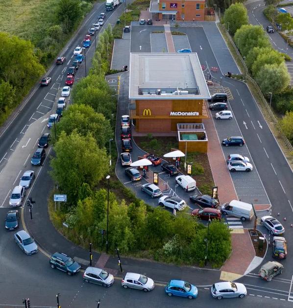 McDonald's chỉ phục vụ khách đi ô tô trong mùa dịch, người người thi nhau lái xe rởm xếp hàng để mua đồ ăn - Ảnh 5.