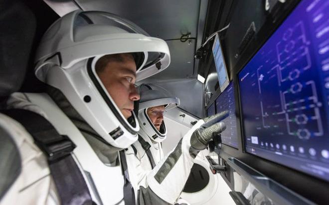 Phi hành gia của NASA vừa bước chân ra khỏi trạm vũ trụ ISS đã gặp sự cố, làm mất luôn chiếc gương đeo tay của mình - Ảnh 3.