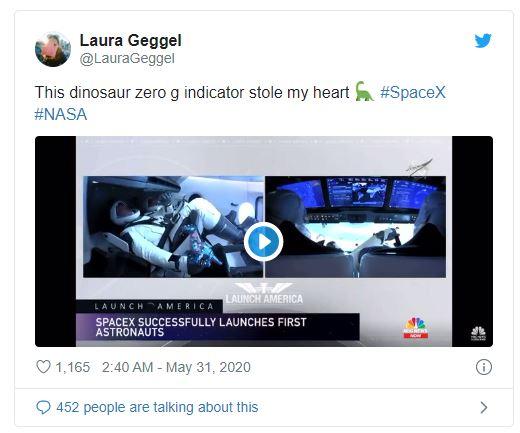 Dân mạng phát cuồng với thành viên đặc biệt trong chuyến bay vào vũ trụ của SpaceX: 1 con khủng long nhồi bông - Ảnh 2.