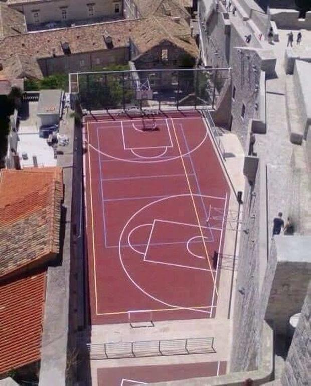 Sao? Sân không đủ rộng á?