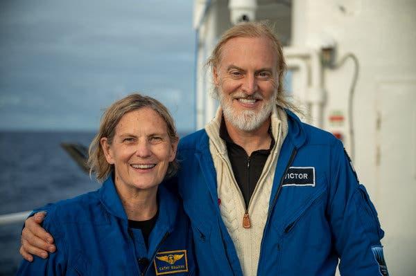 Cựu phi hành gia NASA trở thành người phụ nữ đầu tiên đến điểm sâu nhất của Trái đất - Ảnh 1.