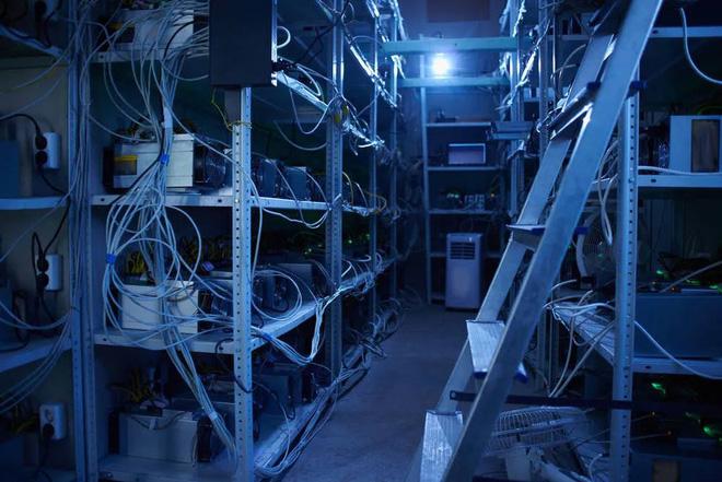 Cơn sốt tiền ảo càn quét một vùng nông thôn Trung Quốc: Mỏ đào bitcoin giấu trong chuồng lợn, cả làng ăn cắp điện nuôi mộng làm giàu - Ảnh 3.