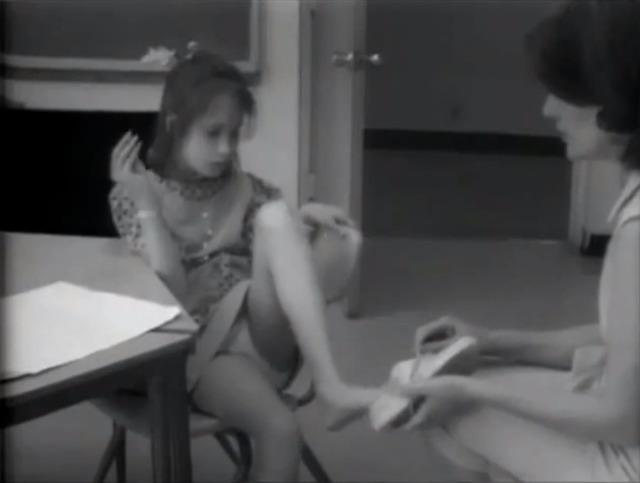 """Nhưng bước đột phá đầu tiên trong quá trình giáo dục Genie lại đến từ một buổi học với giáo viên ngôn ngữ Jean Butler. Jean nói với Genie, """"Bạn buộc lại dây giày và sau đó chúng tôi sẽ nói với bác sĩ Kent những điều mà bạn có thể làm"""". Mặc dù nghe có vẻ khó hiểu nhưng hôm đó Genie đã liên tục nói lặp lại từ bác sĩ. Và trong khoảng thời gian mùa xuân năm đó, Genie đã học và biết được hơn 100 từ. Lúc này câu hỏi của nhóm nghiên cứu đặt ra là, liệu rằng Genie có thể phục hồi hoàn toàn giống như những đứa trẻ bình thường không?"""