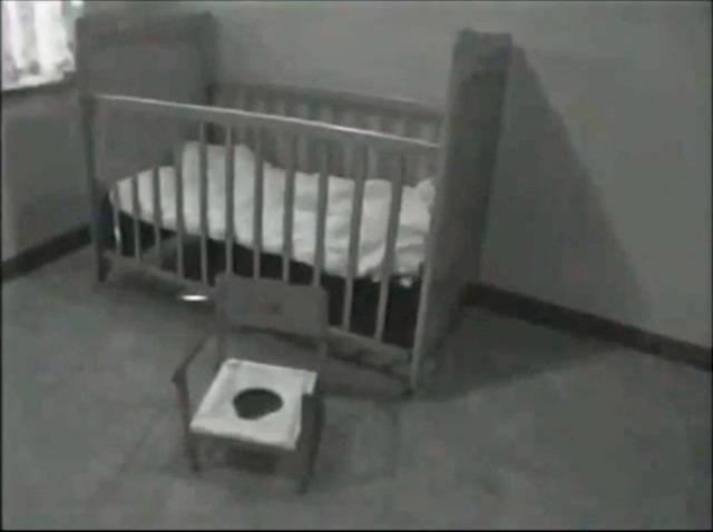 Genie sống đã phải sống một mình trong căn phòng này và bị xích vào chiếc ghế bô trong suốt 10 năm của cuộc đời.