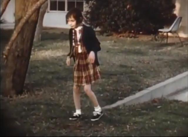 Genie có một thói quen rất kì lạ đó là đi bộ với hình dáng như một chú thỏ, liên tục nhổ nước bọt và tự vụt vào mình, nhưng cô bé lại không hề nói hay làm ồn. Curtiss cho rằng rất có thể trước đó cô bé đã bị cha mẹ của mình đánh đập vì đã gây ra những sự ồn ào.